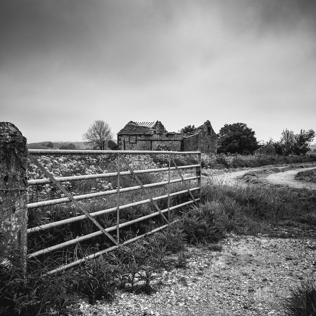 peak district in black and white old barn