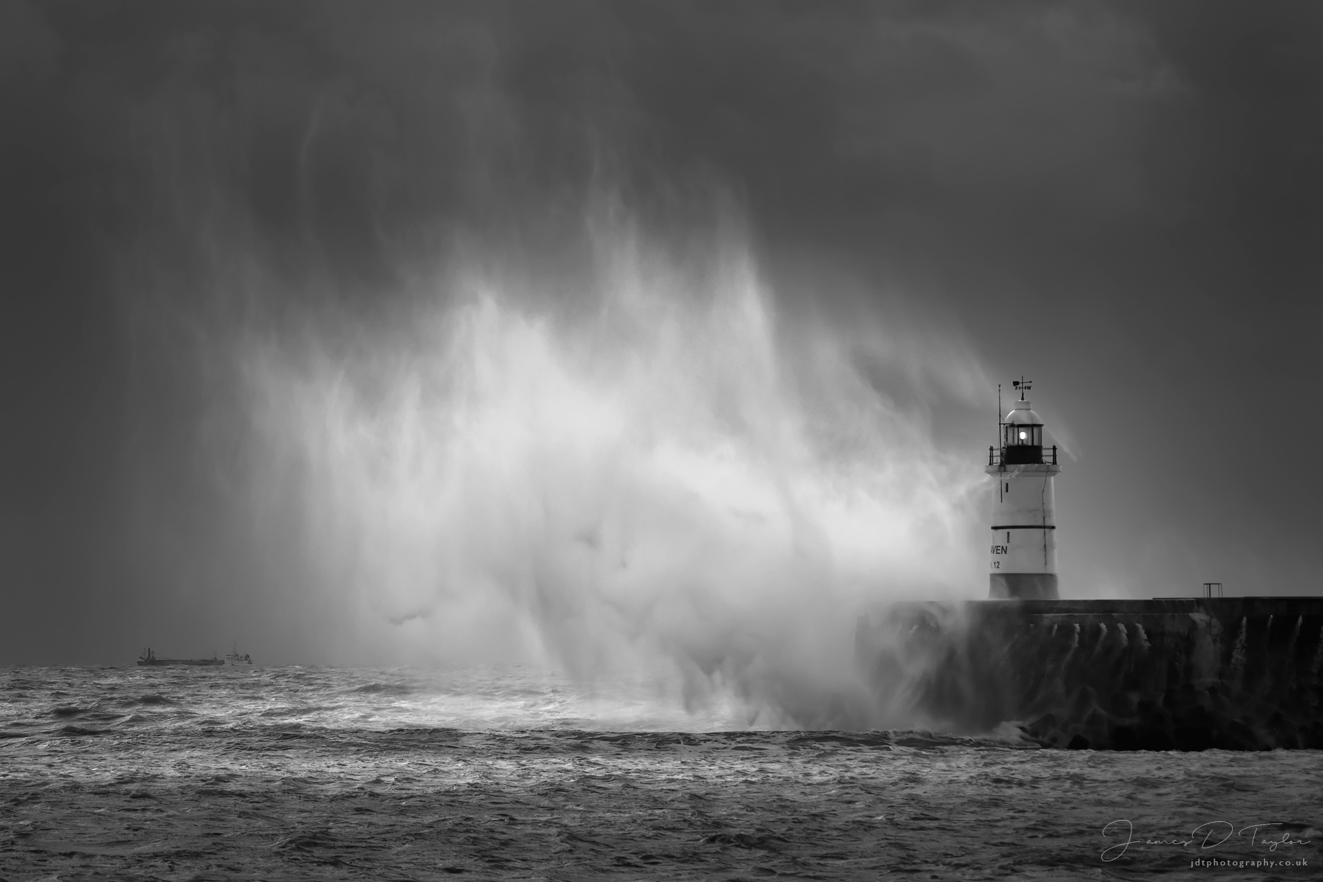 coast-newhaven-lighthouse-storm