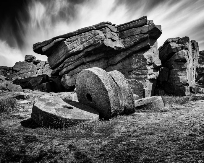 peak_district_in_black_and_white_millstones